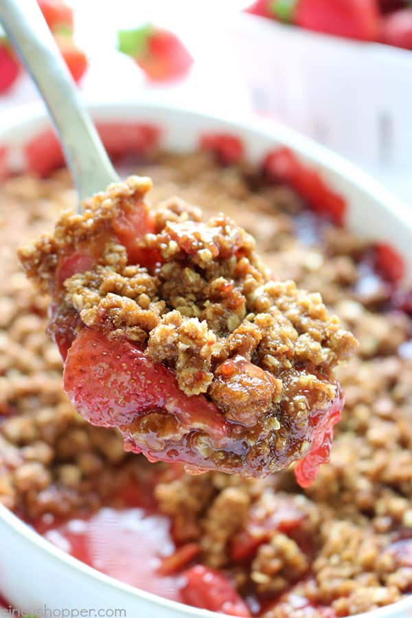 Easy Strawberry Crisp - simple and comforting strawberry dessert. Serve it with or without a scoop of vanilla ice cream. Perfect combination of warm strawberries and crunchy oat topping. Super delicious!#StrawberryDessert
