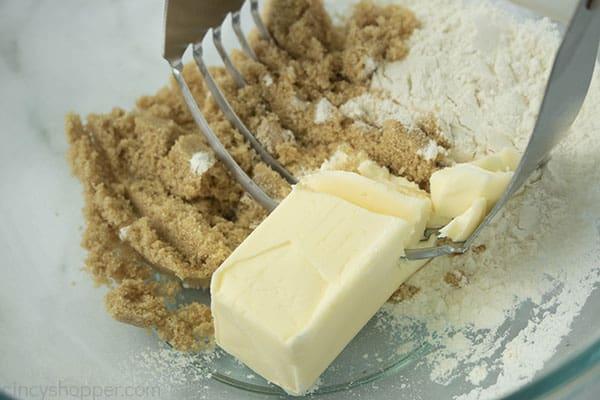 Strusel ingredients with pasty mixer to blend ingredients